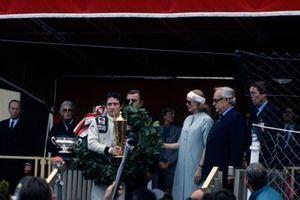 Patrick Depailler festeggia la vittoria sul podio con la principessa Grace e il principe Rainier III