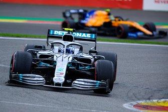 Валттери Боттас, Mercedes AMG F1 W10, и Ландо Норрис, McLaren MCL34
