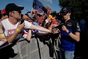 Daniil Kvyat, Toro Rosso firma un autografo ad un fan