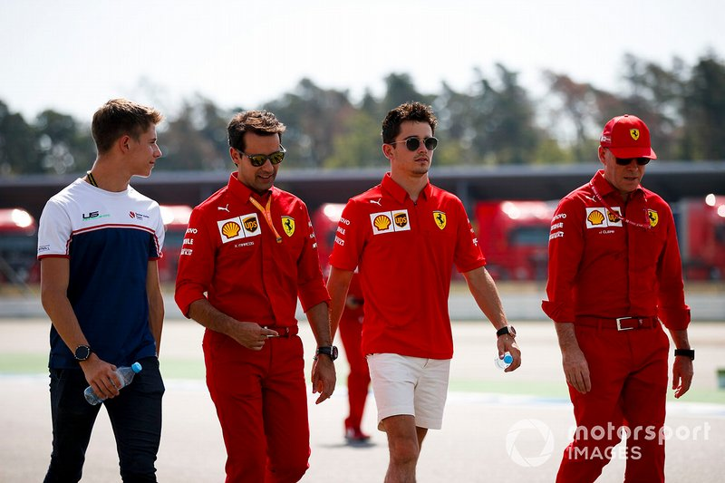 Charles Leclerc, Ferrari fait un trackwalk avec son frère Arthur et ses mécaniciens