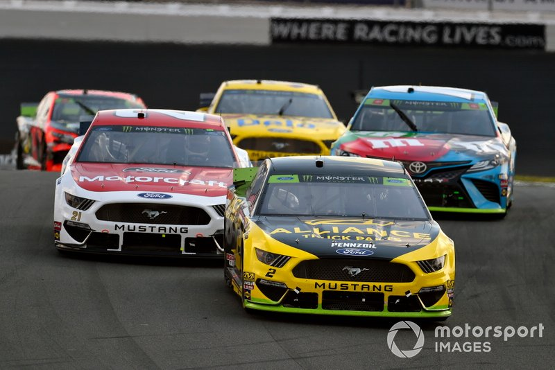 Brad Keselowski, Team Penske, Ford Mustang Alliance Truck Parts and Paul Menard, Wood Brothers Racing, Ford Mustang Motorcraft / Quick Lane Tire & Auto Center