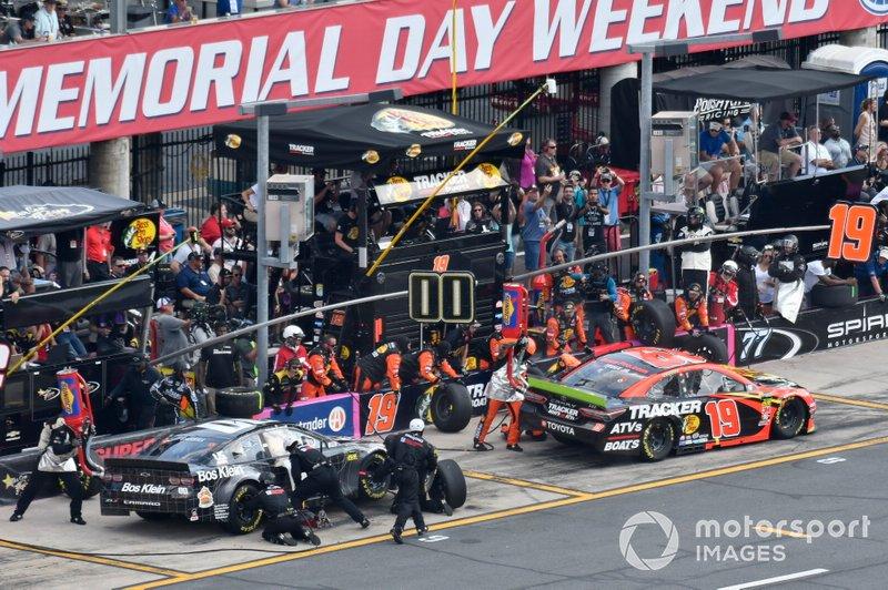 Martin Truex Jr., Joe Gibbs Racing, Toyota Camry Bass Pro Shops, Landon Cassill, StarCom Racing, Chevrolet Camaro Coladka, makes a pit stops.