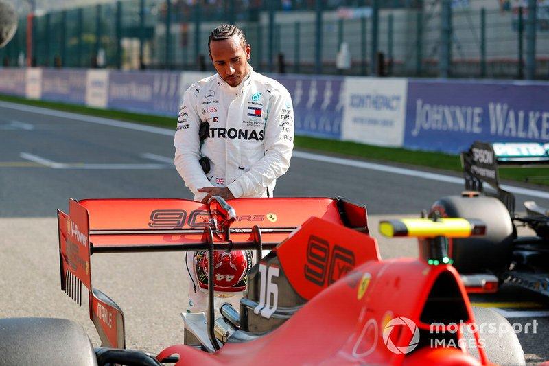 Lewis Hamilton, Mercedes AMG F1, inspecciona el coche de Charles Leclerc Ferrari SF90