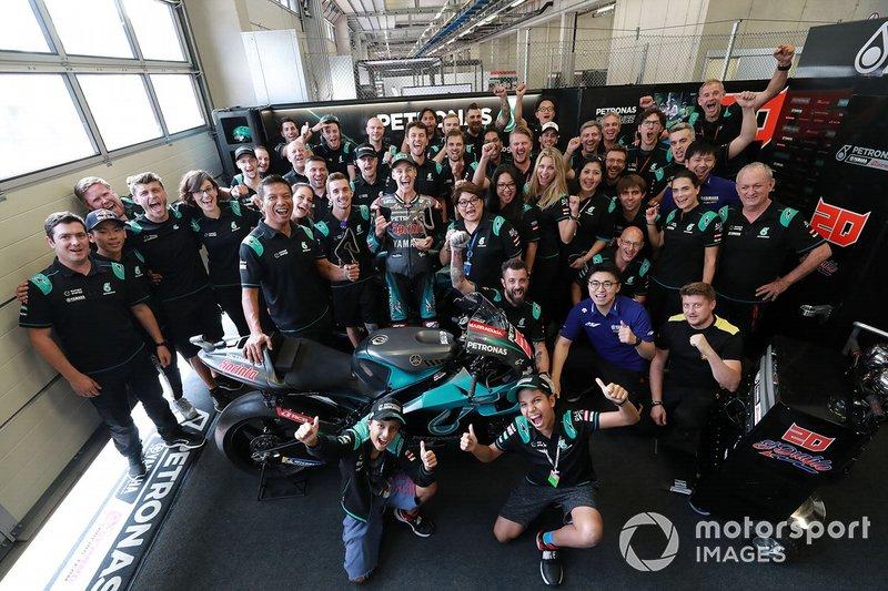 Il terzo classificato Fabio Quartararo, Petronas Yamaha SRT, festeggia con il suo team
