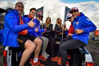 Jeffrey Herlings, Glenn Coldenhoff, Roan van de Moosdijk, Calvin Vlaanderen en bondscoach Patrice Assendelft van TeamNL tijdens de parade.