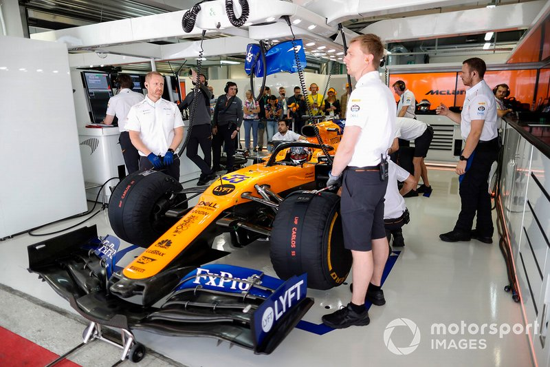 Carlos Sainz Jr., McLaren, in garage