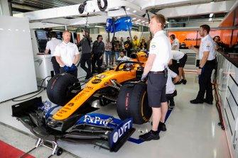 Carlos Sainz Jr., McLaren, in garage