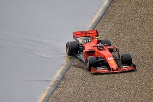 Charles Leclerc, Ferrari SF90, perd le contrôle de sa voiture et sort de piste