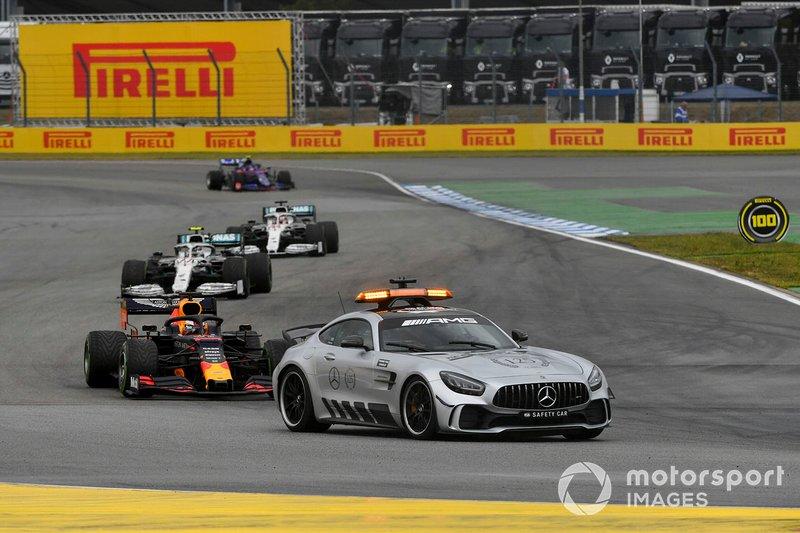 La Safety Car precede Max Verstappen, Red Bull Racing RB15, Valtteri Bottas, Mercedes AMG W10 e Lewis Hamilton, Mercedes AMG F1 W10