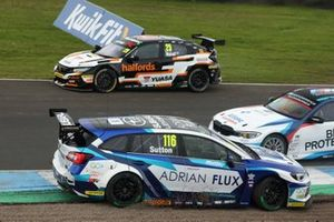 Matt Neal, Team Dynamics Honda Civic , Ash Sutton, Team BMR Subaru Levorg y Tom Oliphant, WSR BMW