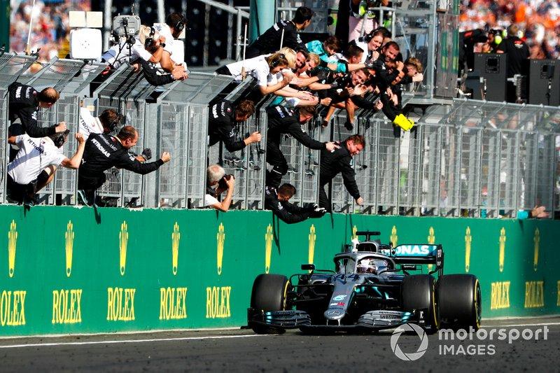 Il vincitore della gara Lewis Hamilton, Mercedes AMG F1 W10 taglia il traguardo
