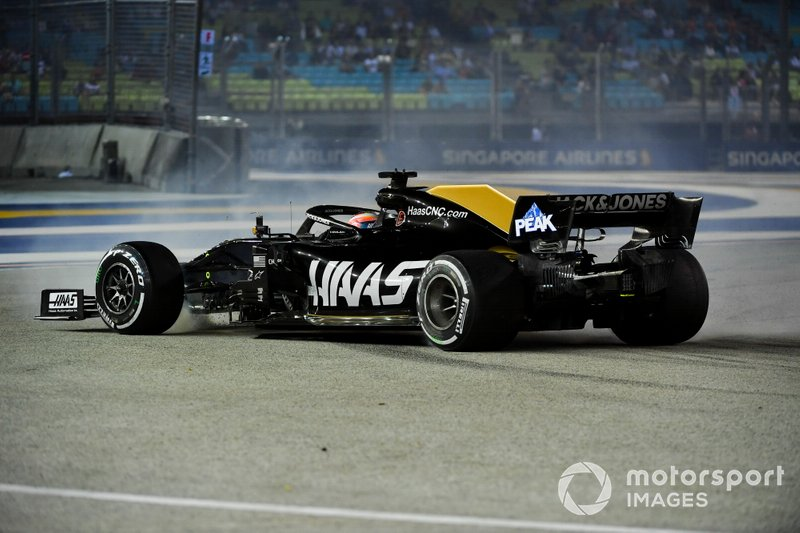 Romain Grosjean, Haas F1 Team VF-19, suffers a spin