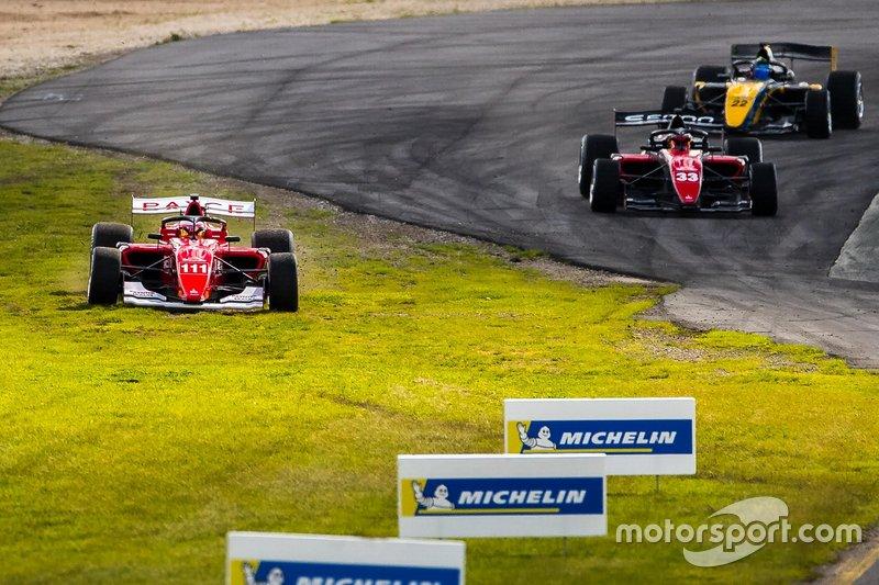Rubens Barrichello passa pela grama