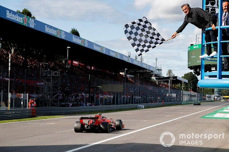 El ganador Charles Leclerc, Ferrari SF90 cruza la línea de meta con Jean Alesi agitando la bandera a cuadros.