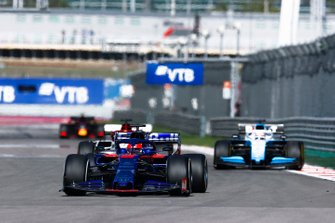 Daniil Kvyat, Toro Rosso STR14, leads George Russell, Williams Racing FW42