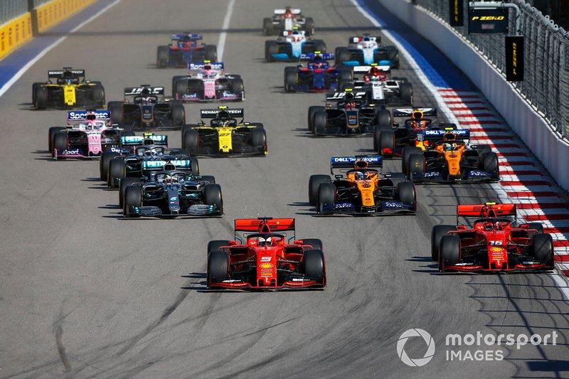 Sebastian Vettel, Ferrari SF90, precede Charles Leclerc, Ferrari SF90 Lewis Hamilton, Mercedes AMG F1 W10, Carlos Sainz Jr., McLaren MCL34, Valtteri Bottas, Mercedes AMG W10, Lando Norris, McLaren MCL34 e il resto delle auto all'inizio della gara