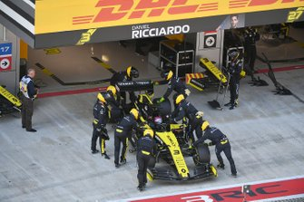 Daniel Ricciardo, Renault F1 Team R.S.19, is pushed into the garage and retirement from the race