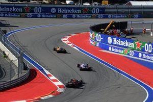 Lando Norris, McLaren MCL34, Sergio Perez, Racing Point RP19, en Max Verstappen, Red Bull Racing RB15