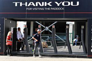 Sergio Perez, Force India à l'entrée du Paddock