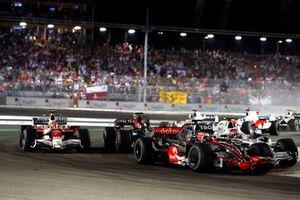 Heikki Kovalainen, McLaren MP4-23, leads Robert Kubica, Sauber F1.08, Sebastian Vettel, Toro Rosso STR03, Timo Glock, Toyota TF108, and the rest of the field at the start