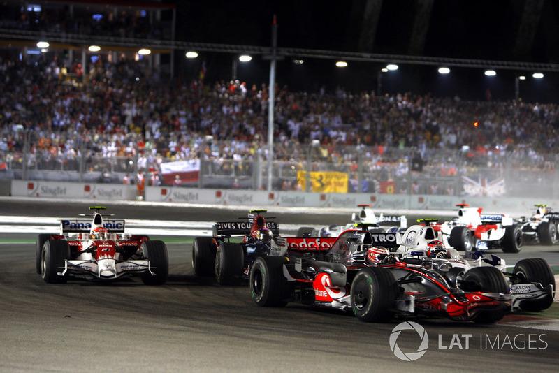 Heikki Kovalainen, McLaren MP4-23, devance Robert Kubica, Sauber F1.08, Sebastian Vettel, Toro Rosso STR03, Timo Glock, Toyota TF108, et le reste du peloton au départ