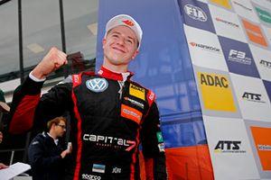 Podium: Race winnaar Jüri Vips, Motopark Dallara F317 - Volkswagen