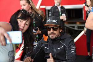 Fernando Alonso, McLaren prend un selfie avec des fans lors de la séance d'autographes