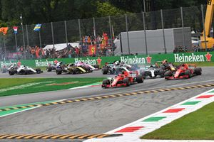 Kimi Raikkonen, Ferrari SF71H voor Sebastian Vettel, Ferrari SF71H and Lewis Hamilton, Mercedes AMG F1 W09