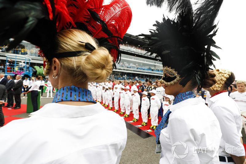 Chicos de la parrilla y otras personas en la parrilla del GP de Italia