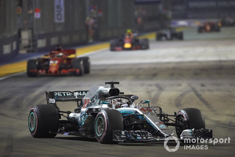 Lewis Hamilton, Mercedes AMG F1 W09 EQ Power+, za nim Sebastian Vettel, Ferrari SF71H, i Max Verstappen, Red Bull Racing RB14