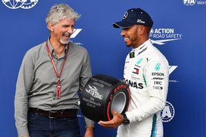 Damon Hill, Sky TV overhandigt de Pirelli Pole Position Award aan Lewis Hamilton, Mercedes AMG F1 in parc ferme
