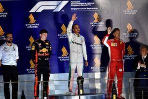 (Da sx a dx): Max Verstappen, Red Bull Racing, Lewis Hamilton, Mercedes AMG F1 e Sebastian Vettel, Ferrari, sul podio