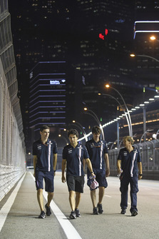 Sergio Perez, Racing Point Force India F1 Team fait le tour du circuit en marchant