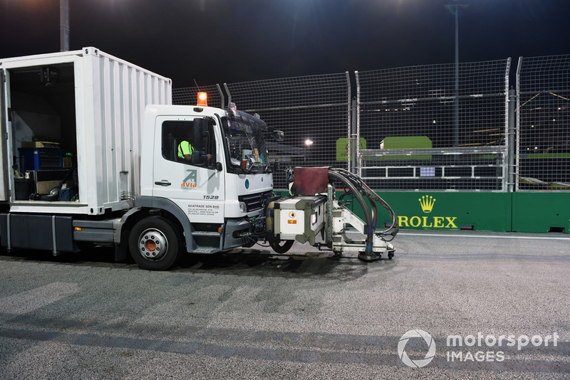 Track cleaning truck