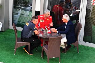 Mario Isola, director deportivo de Pirelli, Maurizio Arrivabene, director del equipo Ferrari y Tronchetti Provera, presidente de Pirelli