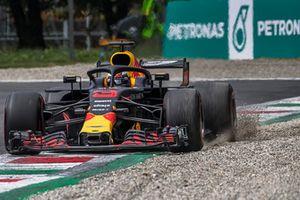Daniel Ricciardo, Red Bull Racing RB14 envoie du gravier dans les airs