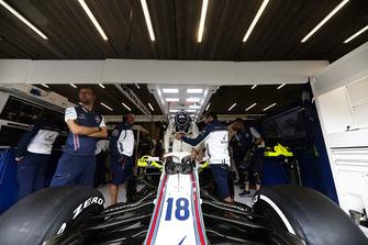 Lance Stroll, Williams FW41, si cala nell'abitacolo della sua monoposto
