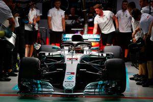 Lewis Hamilton, Mercedes AMG F1 W09 EQ Power+, lascia il garage