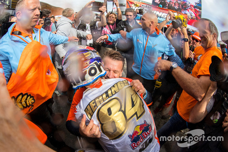 Herlings valt KTM Motorsport-baas Pit Beirer in de armen.