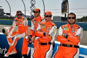 Chase Elliott, Hendrick Motorsports, Chevrolet Camaro SunEnergy1 and crew
