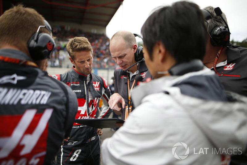 Romain Grosjean, Haas F1 Team, na polach startowych z inżynierami