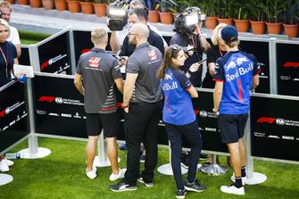 Kevin Magnussen, Haas F1 Team, et Brendon Hartley, Scuderia Toro Rosso, parlent aux médias