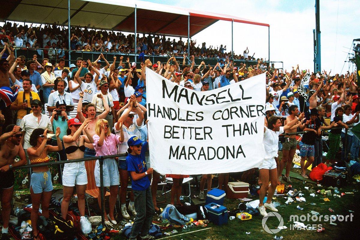 Fans apoyan a Nigel Mansell, Williams con una pancarta comparándolo con Maradona