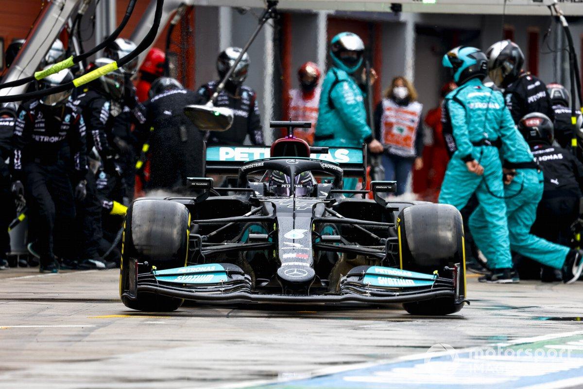 Lewis Hamilton, Mercedes W12, torna in pista dopo il pit stop
