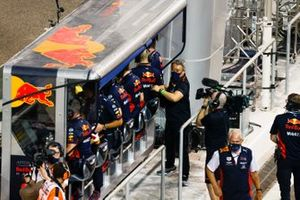 Masashi Yamamoto, General Manager, Honda Motorsport, and the Red Bull team celebrate on the pit wall after the race