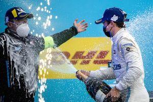Nyck de Vries, Mercedes-Benz EQ, 1a posizione, spruzza Albert Lau, Race Engineer, Mercedes Benz EQ, con Champagne sul podio