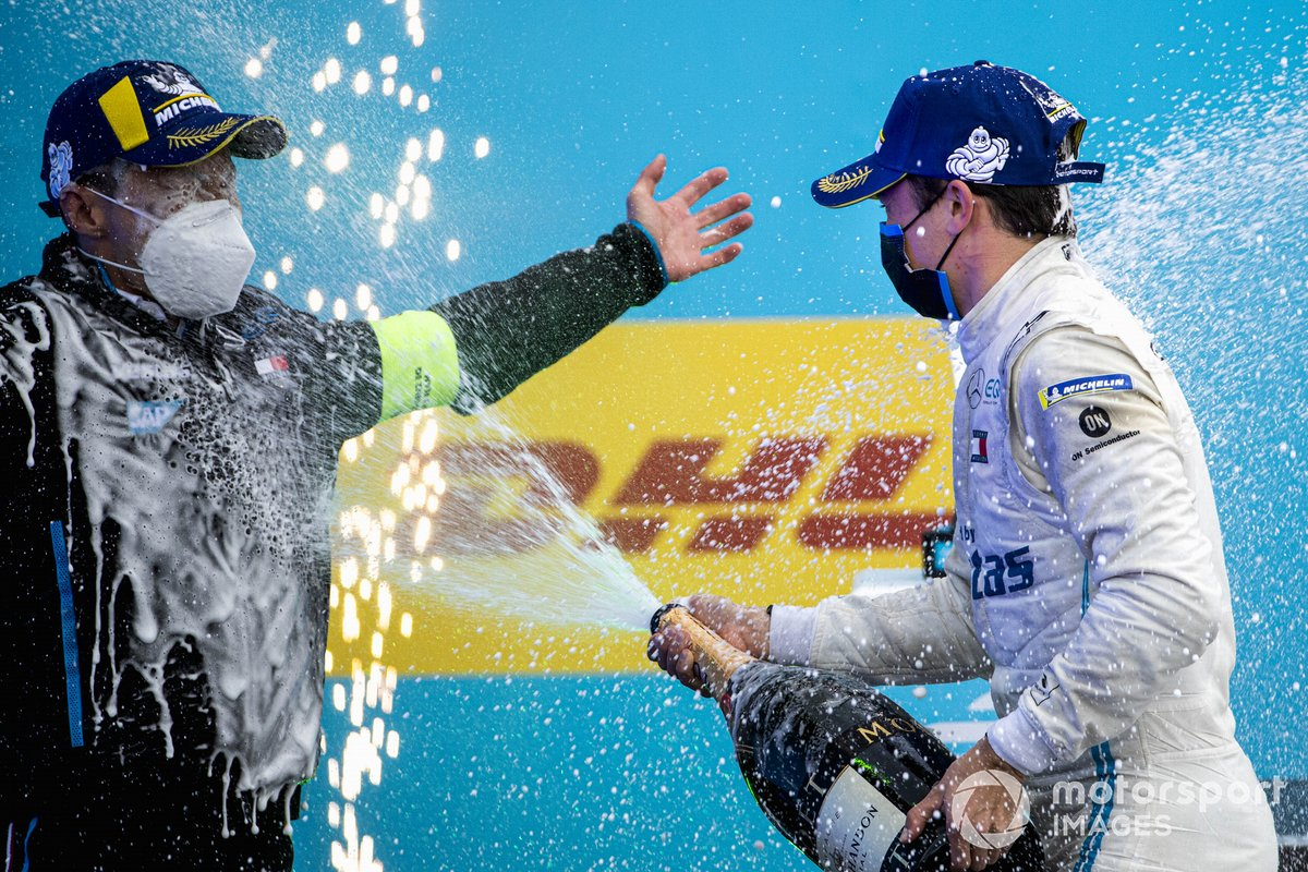 Nyck de Vries, Mercedes-Benz EQ, 1ª posición, rocía a Albert Lau, ingeniero de carrera, Mercedes Benz EQ, con champán en el podio