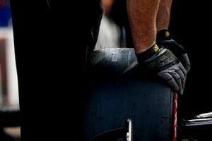 Will Power, Team Penske Chevrolet, membro del team, guanti, pneumatico Firestone