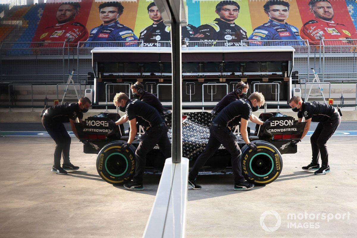 Mecánicos de Mercedes, con el coche de Lewis Hamilton, Mercedes F1 W11