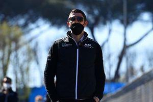 Edoardo Mortara, Venturi Racing, walks the track with team mates